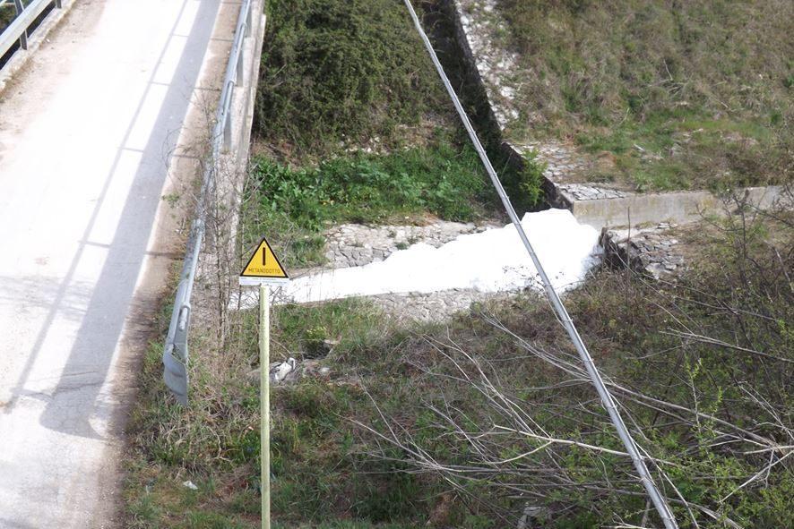 """Misteriosa schiuma bianca nel Fosso Ranaro: """"Avviare subito analisi e campionamenti"""""""