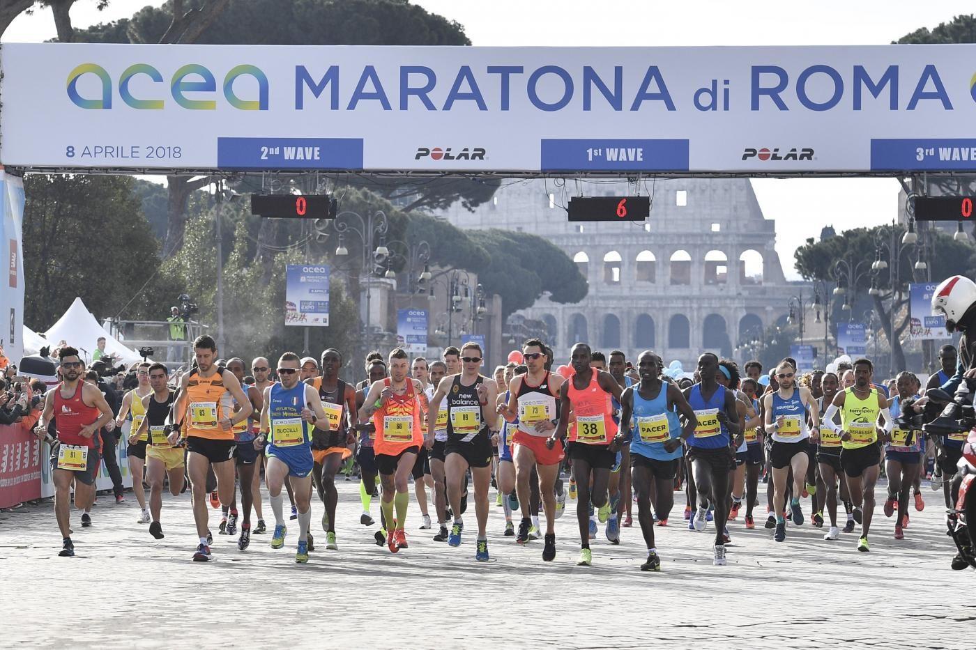 Maratona di Roma: partenza sotto la pioggia per i 10.000. Strade chiuse e deviazioni
