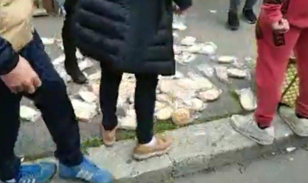 Torre Maura, accolte famiglie rom in emergenza abitativa: protesta dei residenti, celere schierata