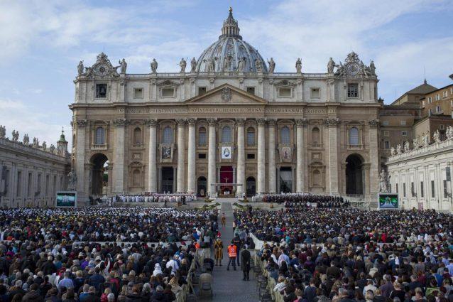 Roma, entra in motorino a Piazza San Pietro e grida: fermato un uomo