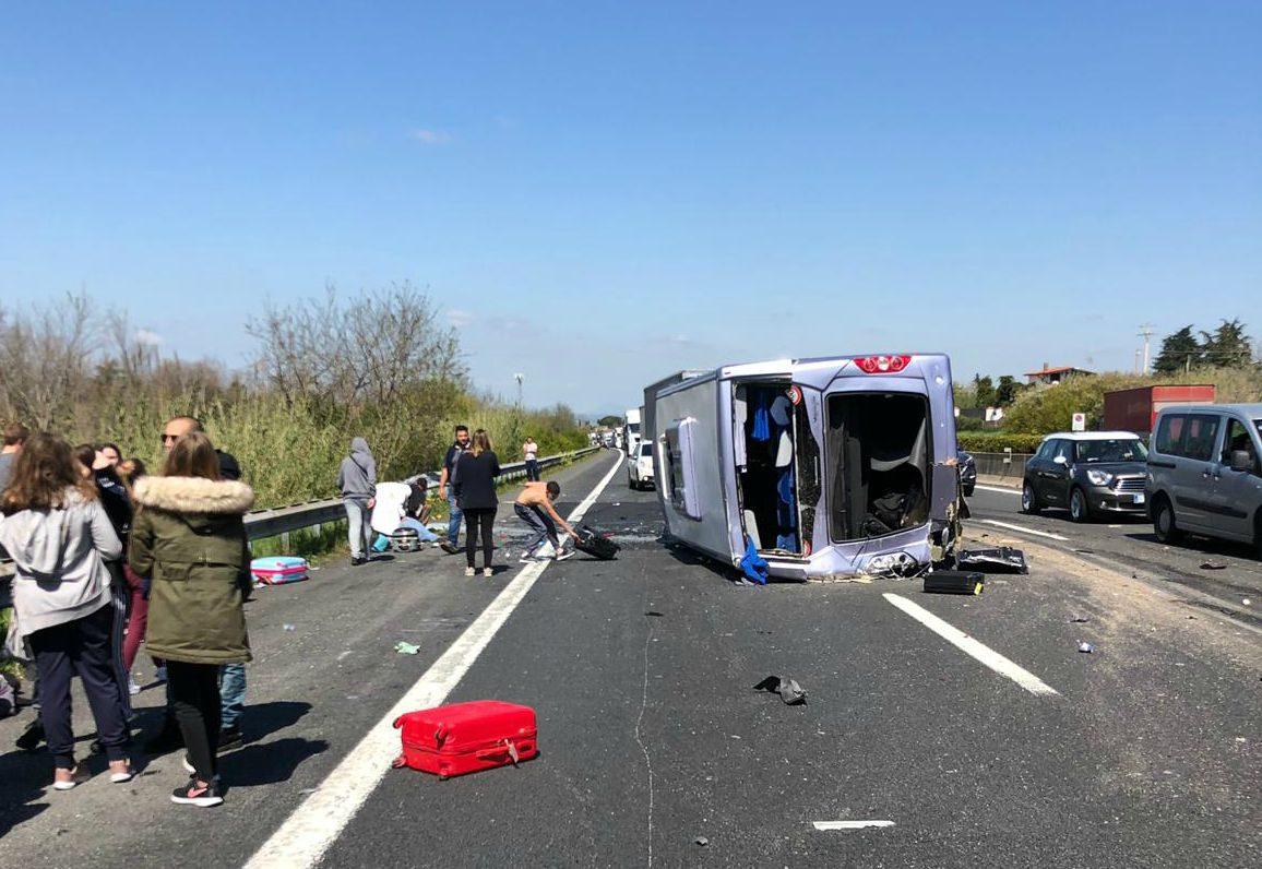 Incidente su Autostrada A1 a Roma: si ribalta pulmino con studenti a bordo, 6 feriti