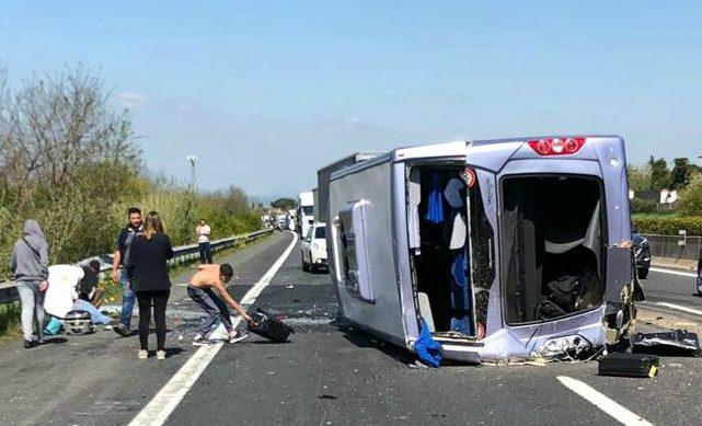 Incidente sull'autostrada A1, pullman con i bimbi in gita si ribalta: indagato il camionista