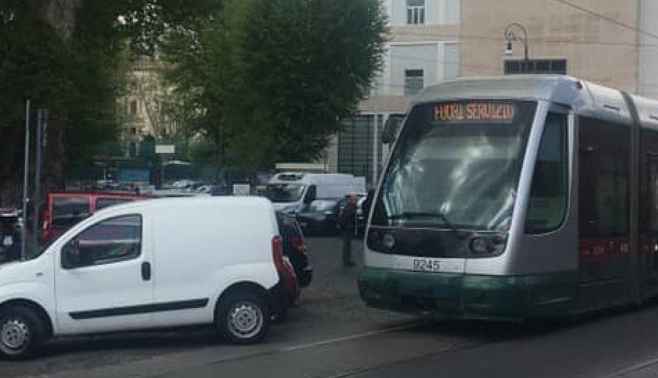 Via Induno: un camioncino parcheggiato sui binari ha paralizzato il traffico