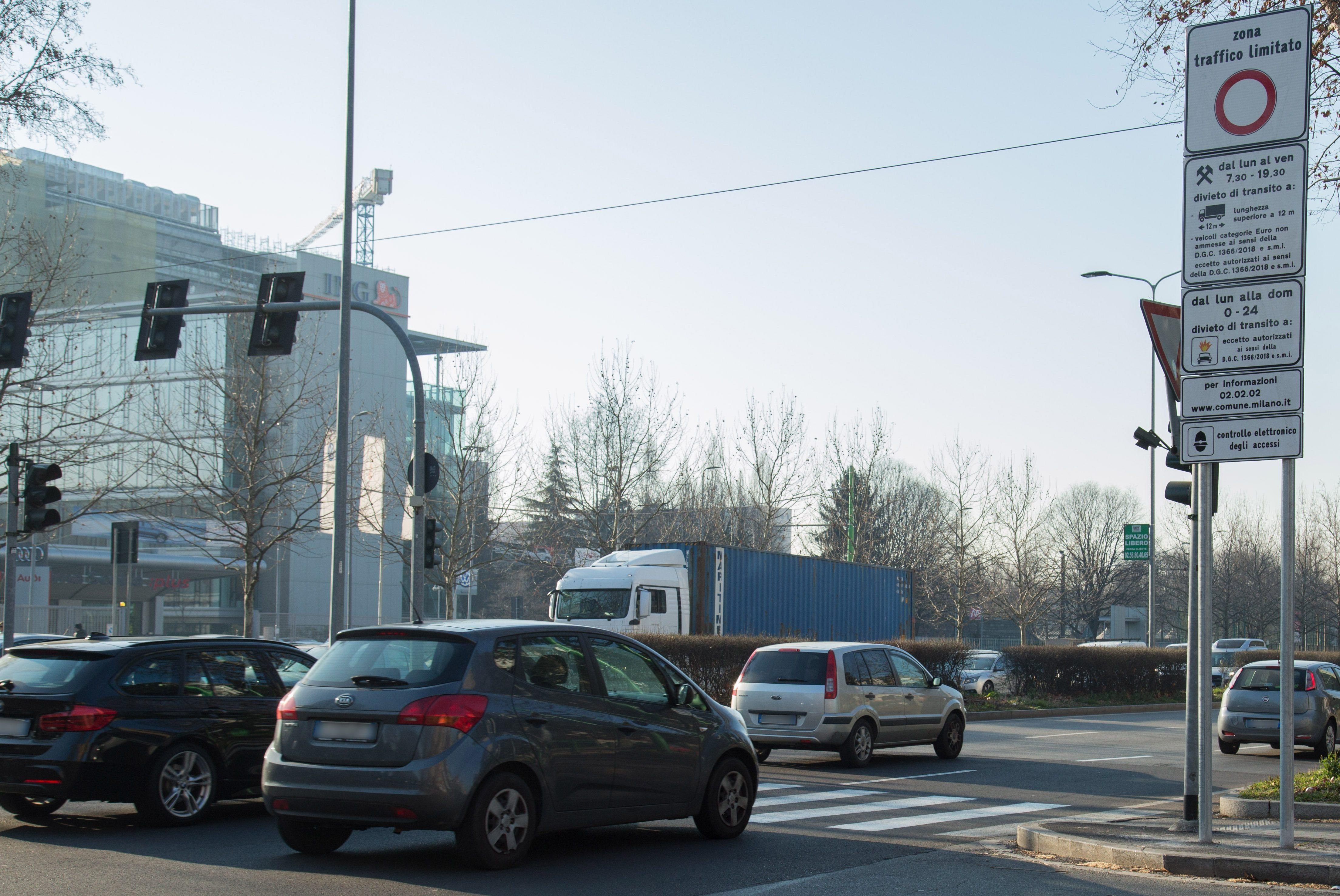 Area B, il comune di Milano stanzia un milione di euro per sostituire le auto inquinanti: il bando