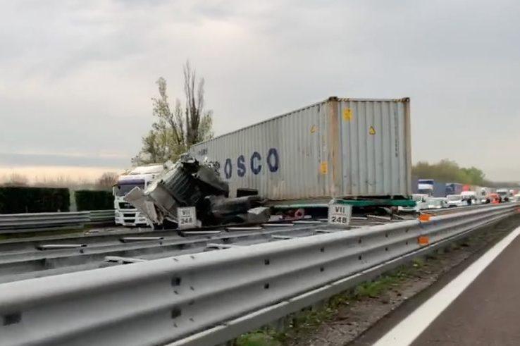 Desenzano del Garda, violento incidente sull'Autostrada A4: quattro persone ferite e lunghe code