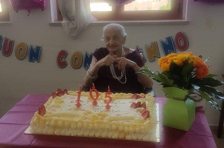 Perle al collo e smalto rosso: Maria festeggia sorridente nella sua Milano i suoi 105 anni