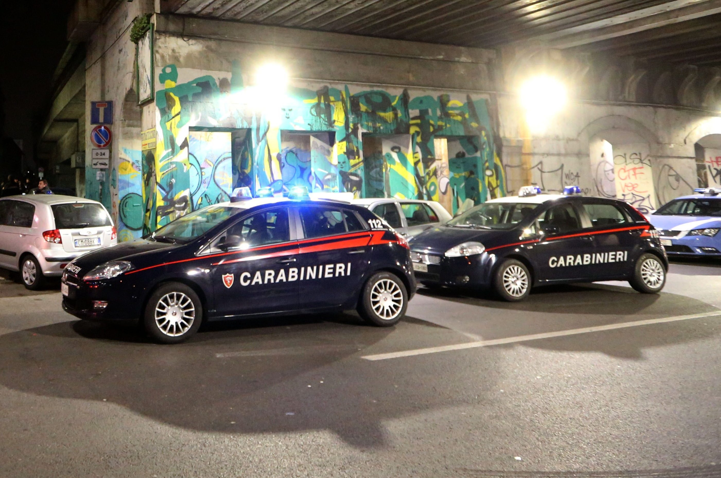 Milano: fermato per un controllo, pusher aggredisce due carabinieri e scappa. È caccia all'uomo