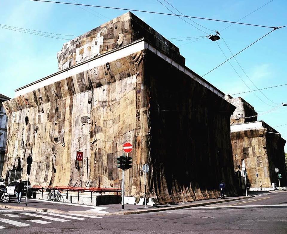 Milano, i caselli di Porta Venezia ricoperti di sacchi di juta: l'opera d'arte non piace a tutti