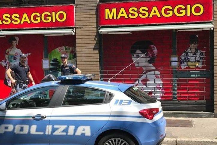 Milano, polizia irrompe in un centro massaggi hot e trova un anziano seminudo: scatta la chiusura