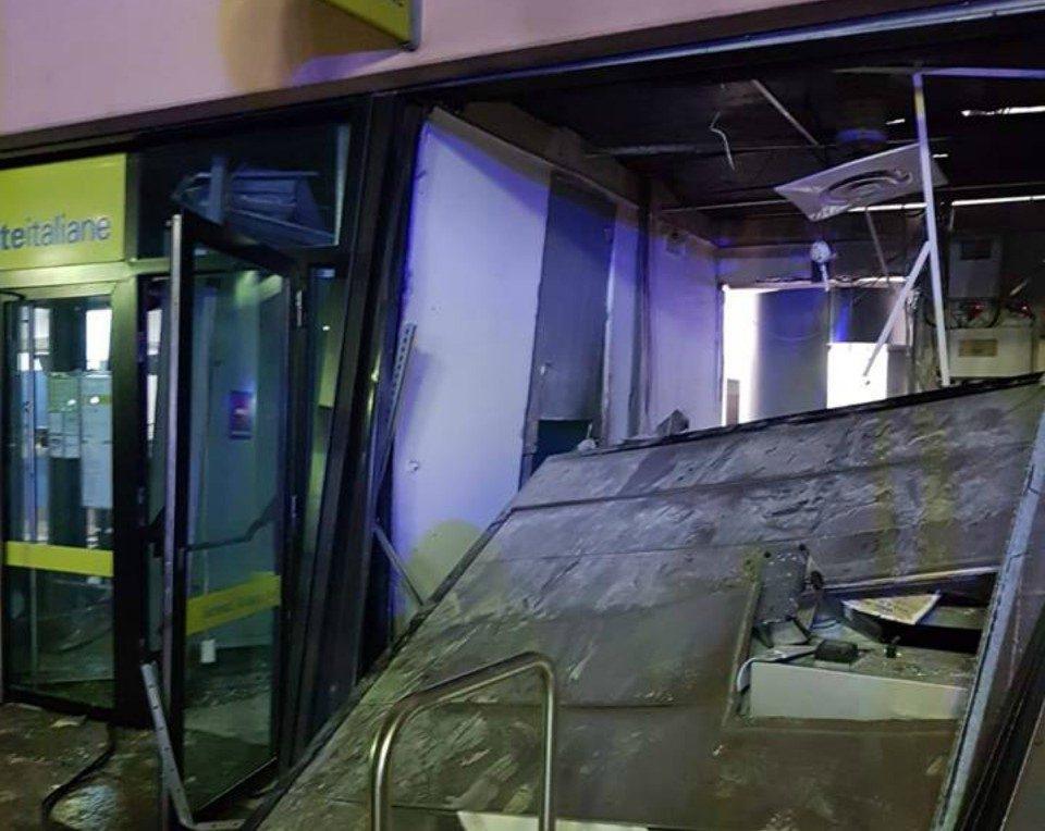 Buccinasco, esplosione devasta l'ufficio postale: ma i rapinatori fuggono a mani vuote