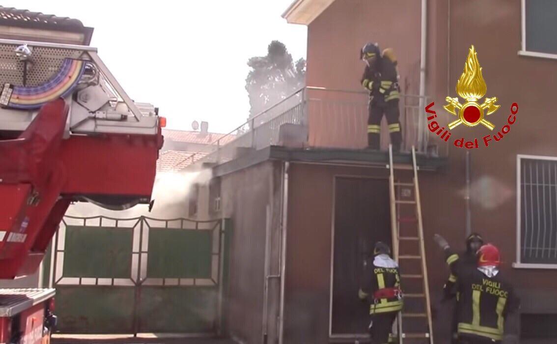 Incendio in un appartamento a Castellanza: stanza invase dal fumo, intervengono i vigili del fuoco