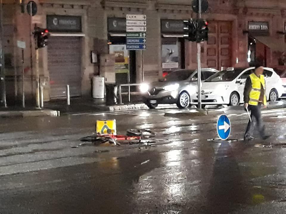 Incidente a Milano, fattorino di Glovo travolto da un'auto mentre è in bici: finisce in ospedale