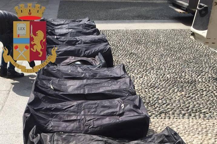 Milano, fermano furgone per guida pericolosa, poliziotti trovano all'interno 250 chili di marijuana