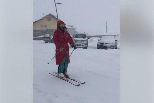 Forte nevicata sulle Alpi lombarde: e al Passo del Tonale si scia sulle strade