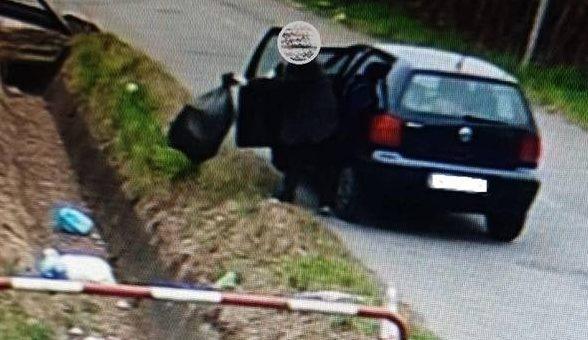 Bareggio, butta l'immondizia in un canale per cinque volte: ripresa dalle telecamere è stata multata