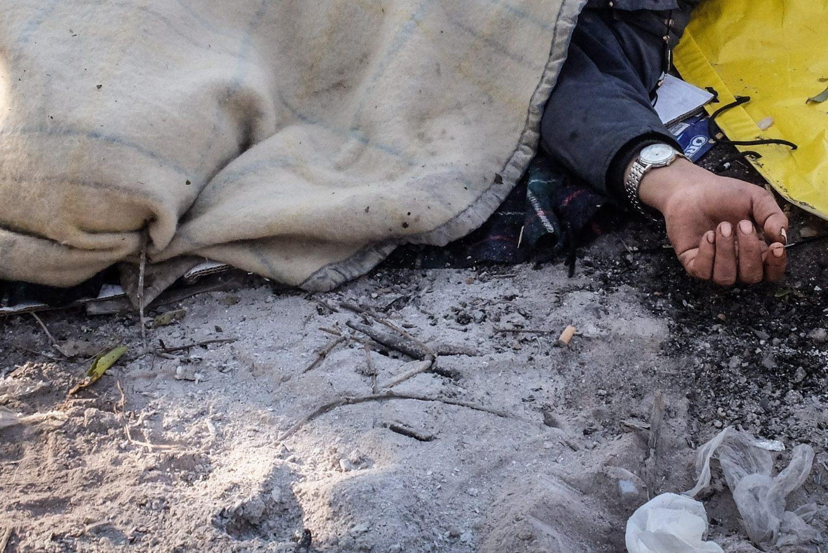 Milano, trovato un uomo morto nel boschetto della droga di Rogoredo: forse ucciso da un'overdose