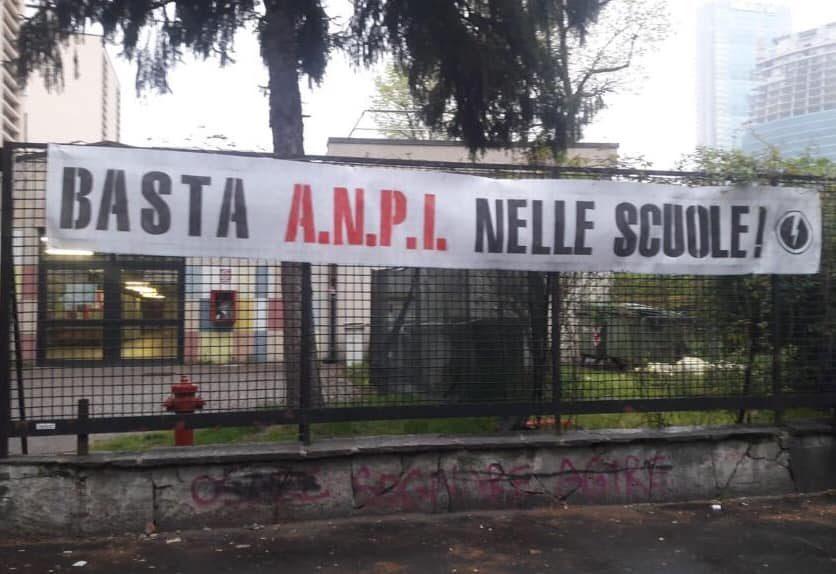 """Milano, striscione di Blocco studentesco davanti all'istituto Severi: """"Basta Anpi nelle scuole"""""""