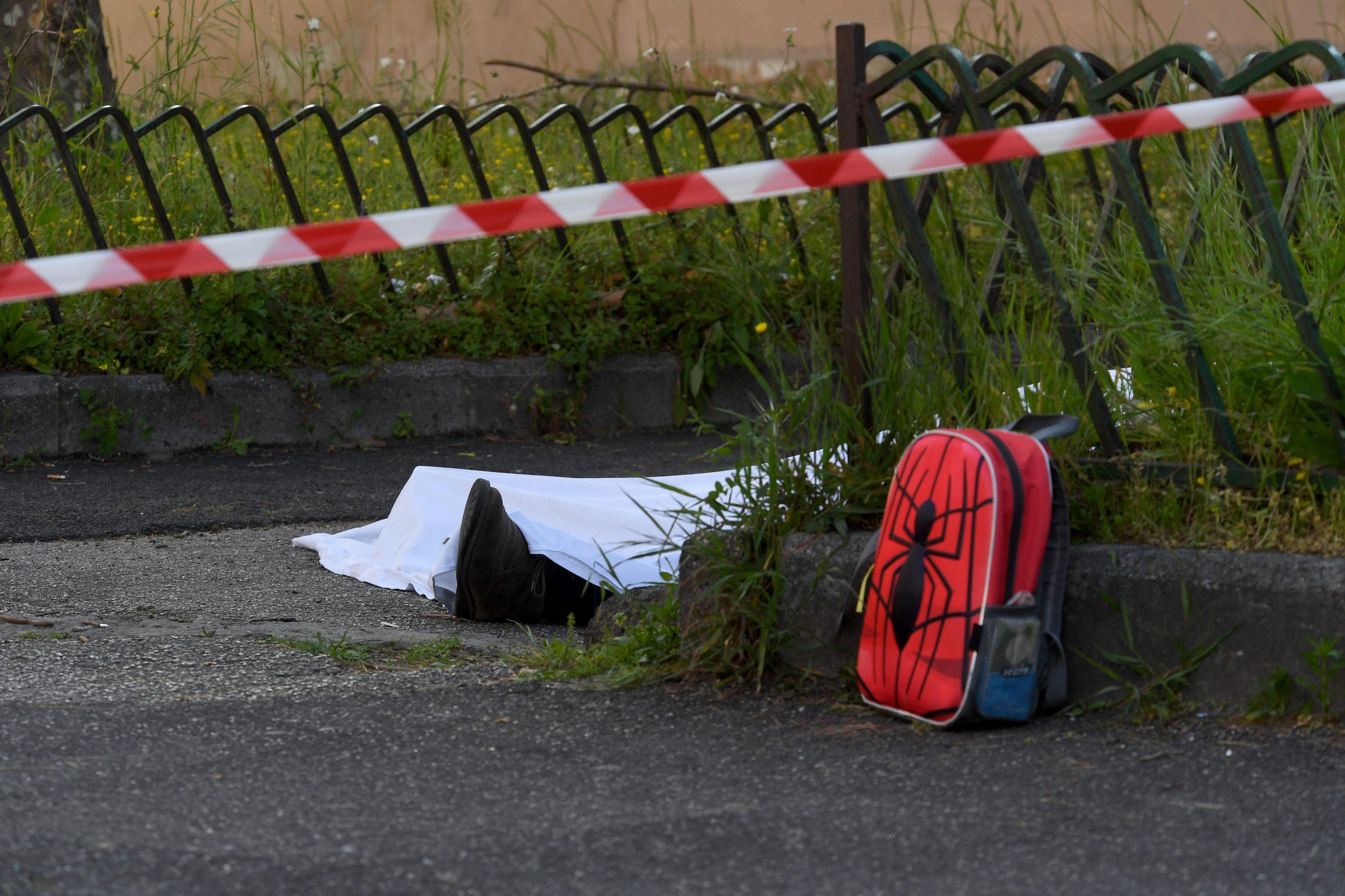 Omicidio davanti alla scuola, trovato uno scooter bruciato: potrebbe essere quello dei killer