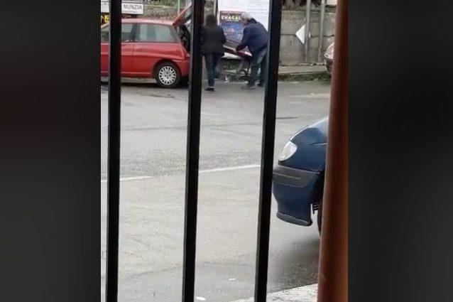 Tentano di rubare una panchina caricandola in macchina, fermati dai passanti