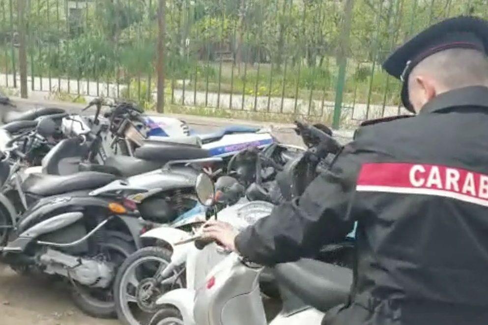 Napoli, 66 scooter rubati trovati in due centri di accoglienza per i migranti