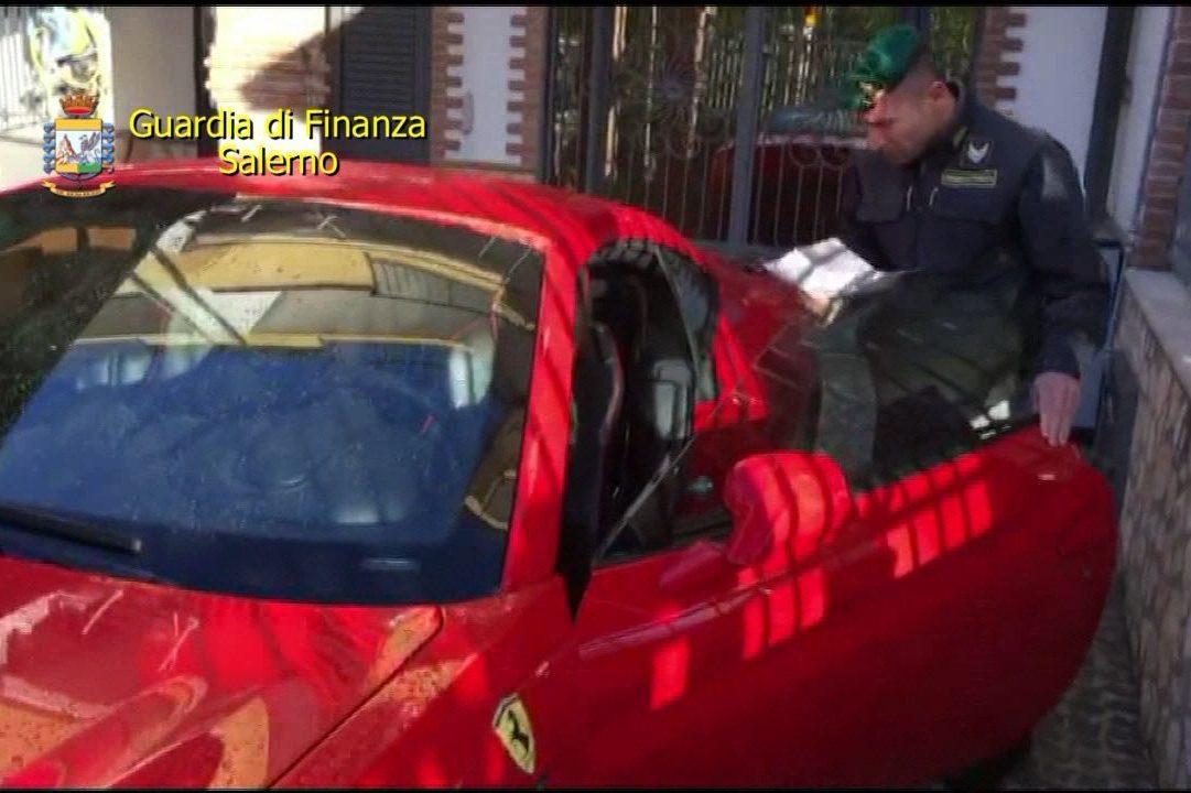Con le carte di credito clonate avevano comprato anche una Ferrari, migliaia di truffati