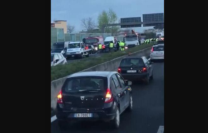 Due morti in un incidente sull'A1, grave uno dei cinque feriti: è in coma farmacologico