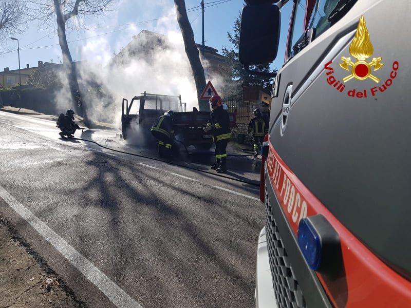 Paura in Irpinia, autocarro distrutto da un incendio: si salva l'autista