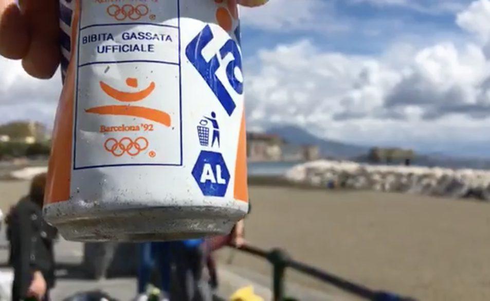 La Napoli incivile: lattina delle Olimpiadi di Barcellona '92 trovata tra gli scogli