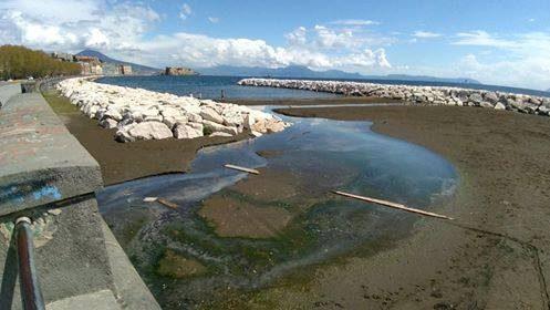Scempio sul Lungomare di Napoli, liquami e scarichi fognari alla Rotonda Diaz