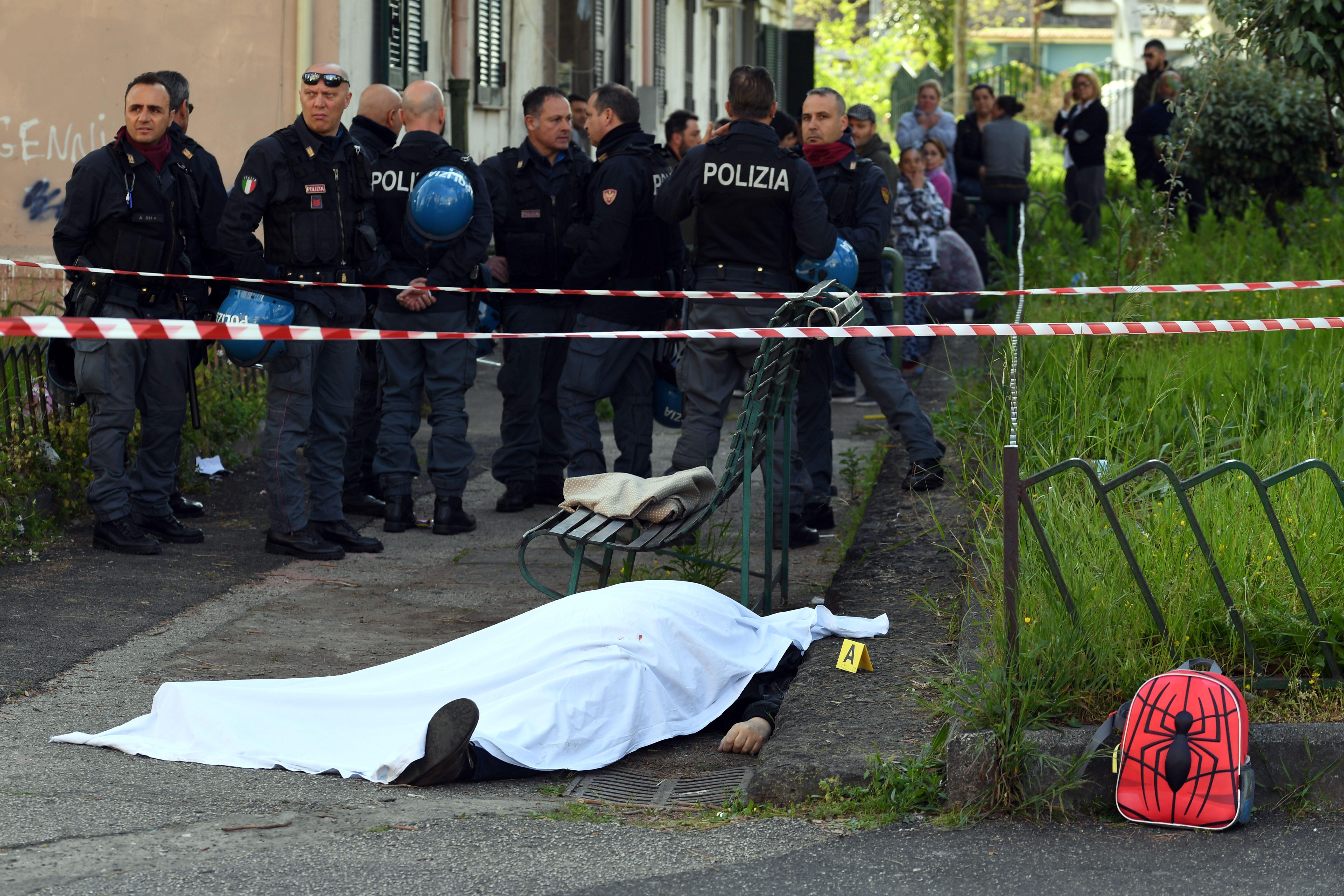Napoli, agguato davanti alla scuola: ucciso pregiudicato, il figlio ferito alle gambe
