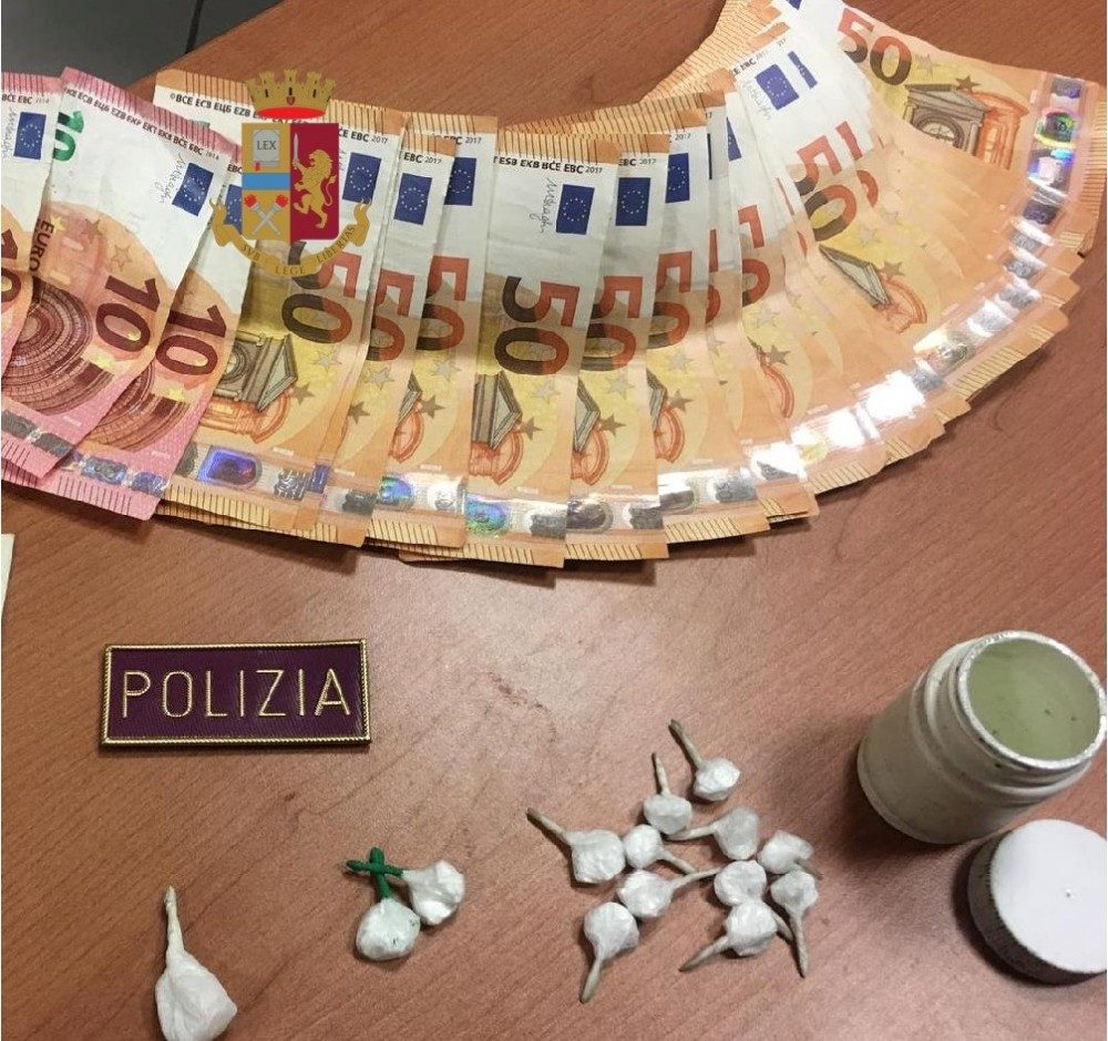 Cerca di ingoiare droga per non farsi arrestare: spacciatore bloccato dalla polizia