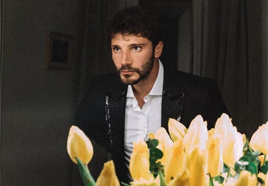 Stefano De Martino apre la finestra e scopre un panorama mozzafiato di Napoli