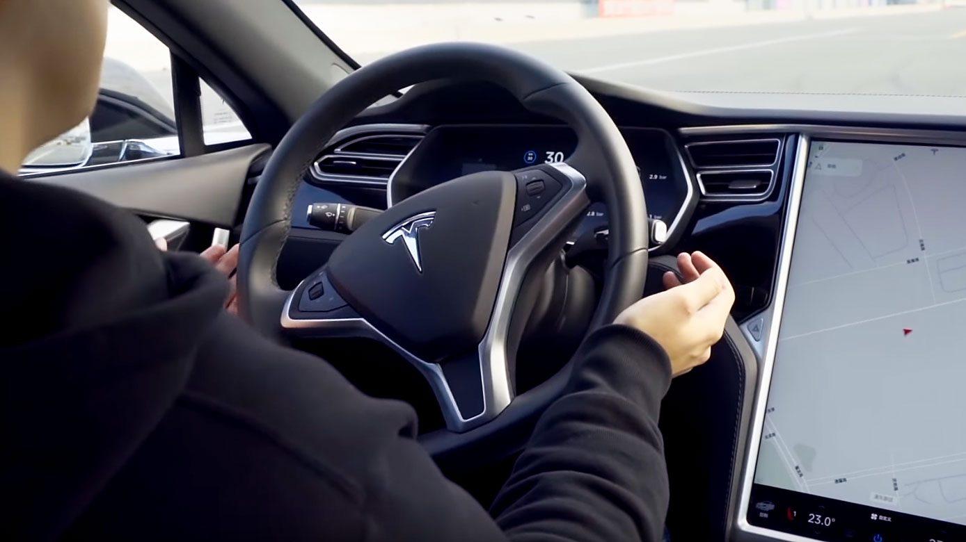 Attacco hacker alle auto a guida assistita: bastano degli adesivi sull'asfalto a farle sbandare