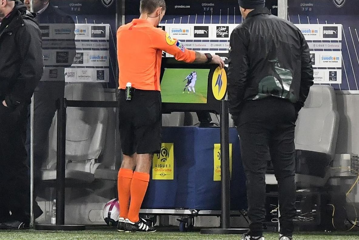 """Bisogna dare un Labrador all'arbitro del VAR"": polemica in Ligue1 sulla moviola in campo"