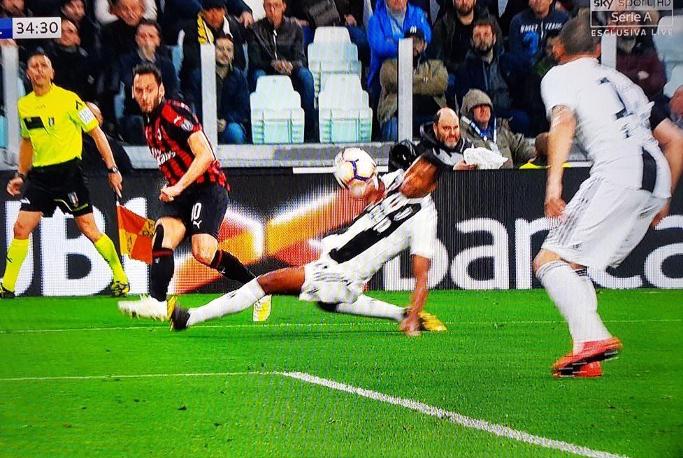 Juve-Milan, perché Fabbri non dà rigore su Alex Sandro (e sbaglia da regolamento)