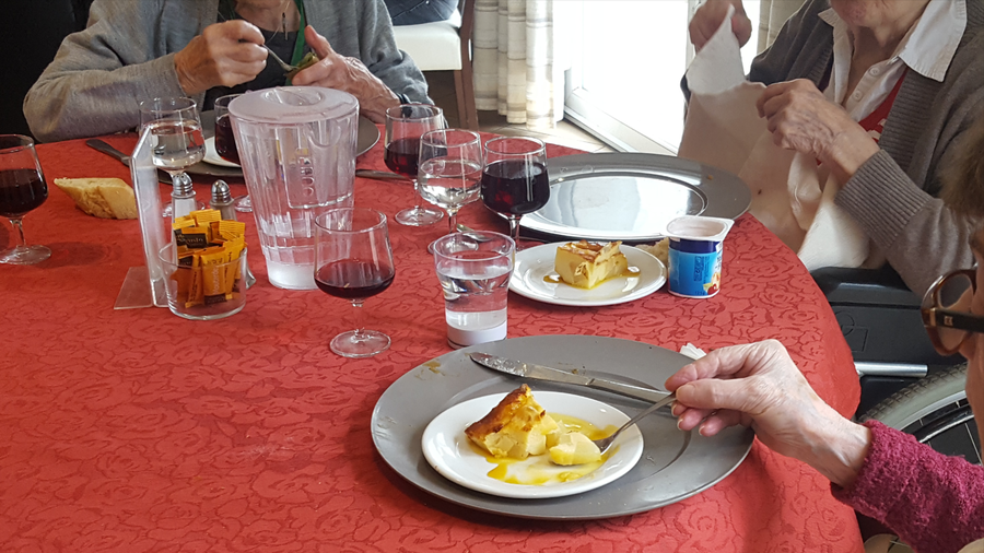 À table, les verres classiques se mêlent aux verres connectés.