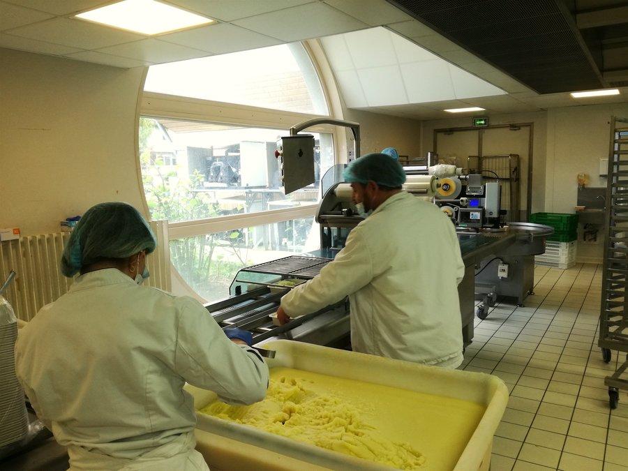 La personne handicapée est accompagnée sur différents postes de travail de la cuisine centrale. Le travail en cuisine peut être adapté à beaucoup de handicaps avec de simples aménagements.
