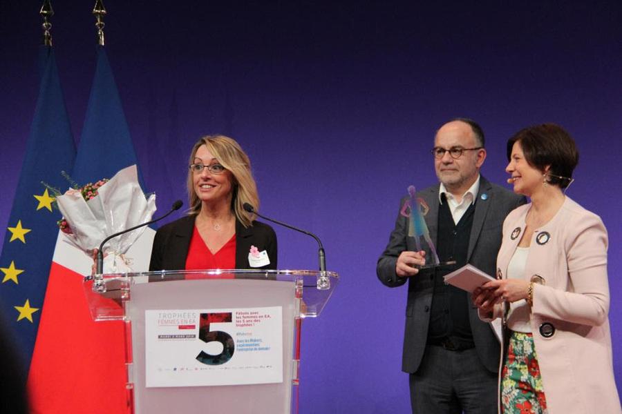 Florence Simon Gaultier s'est vue remettre son prix par Eric Blanchet, directeur général de Ladapt et Dominique Du Paty, fondatrice d'Handiréseau.