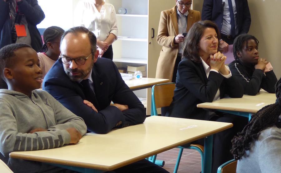Dans une classe de 5e du collège de Noisiel, le Premier ministre, Édouard Philippe, et la ministre de la Santé, Agnès Buzyn, assistent à une intervention d'étudiants en santé sur les bonnes pratiques alimentaires.