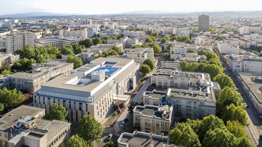 """Le nouveau pavillon H de l'hôpital Édouard-Herriot dispose en toiture d'une hélistation, l'une des clés de voûte du """"traumacenter""""."""