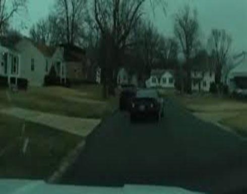 رجلان يختطفان سيارة بداخلها طفلة (فيديو)