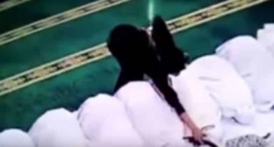 شاهد: فتاة تسرق النساء أثناء سجودهن بالمسجد