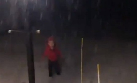 رد فعل طفل صغير يشاهد الثلج لأول مرة (فيديو)