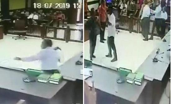 شاهد: محام يضرب قاضي بالحزام على وجهه داخل محكمة في إندونيسيا