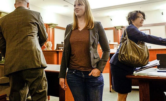 أمريكية تواجه عقوبة السجن لـ10 سنوات وتسجيلها كمتحرشة لأنها قامت بهذا التصرف في منزلها