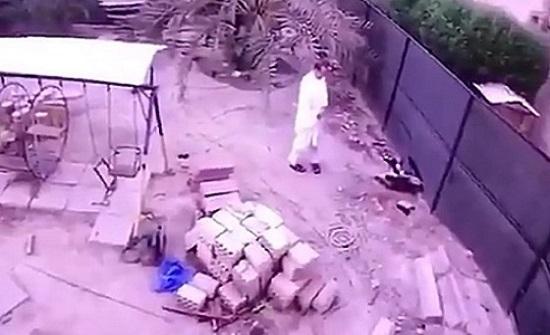 بالفيديو.. لحظة سقوط خليجي في حفرة امتصاصية بدولة عربية