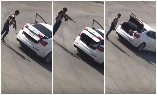 """السعودية.. رجل يهدد آخر بـ""""رشاش"""" ويغلق عليه صندوق السيارة (فيديو)"""