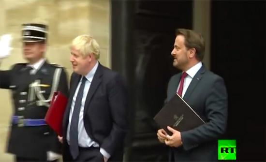 """بالفيديو: جونسون يتعرّض لموقف محرج ويلغي مؤتمراً صحفياً """"عارٌ عليك"""""""