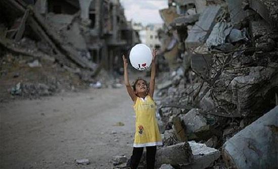 أطفال غزة يعيشون عيدا برائحة القصف