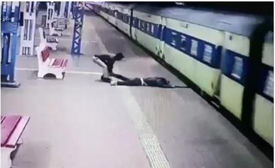 شرطي هندي ينقذ راكبًا من الموت تحت عجلات القطار.. شاهد